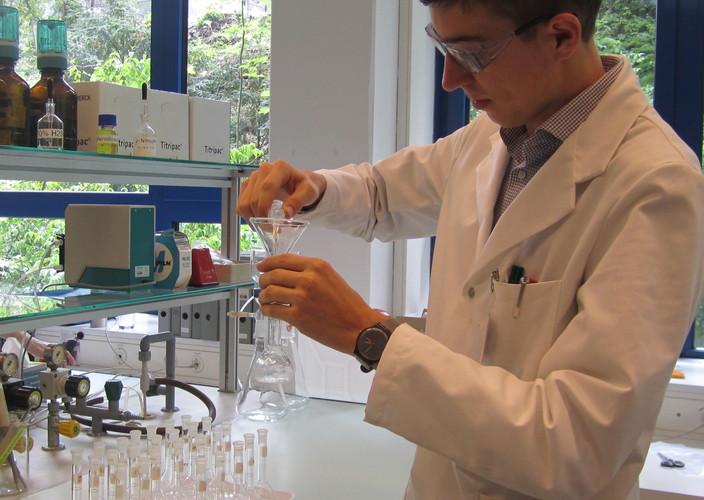 лаборант пьёт сперму